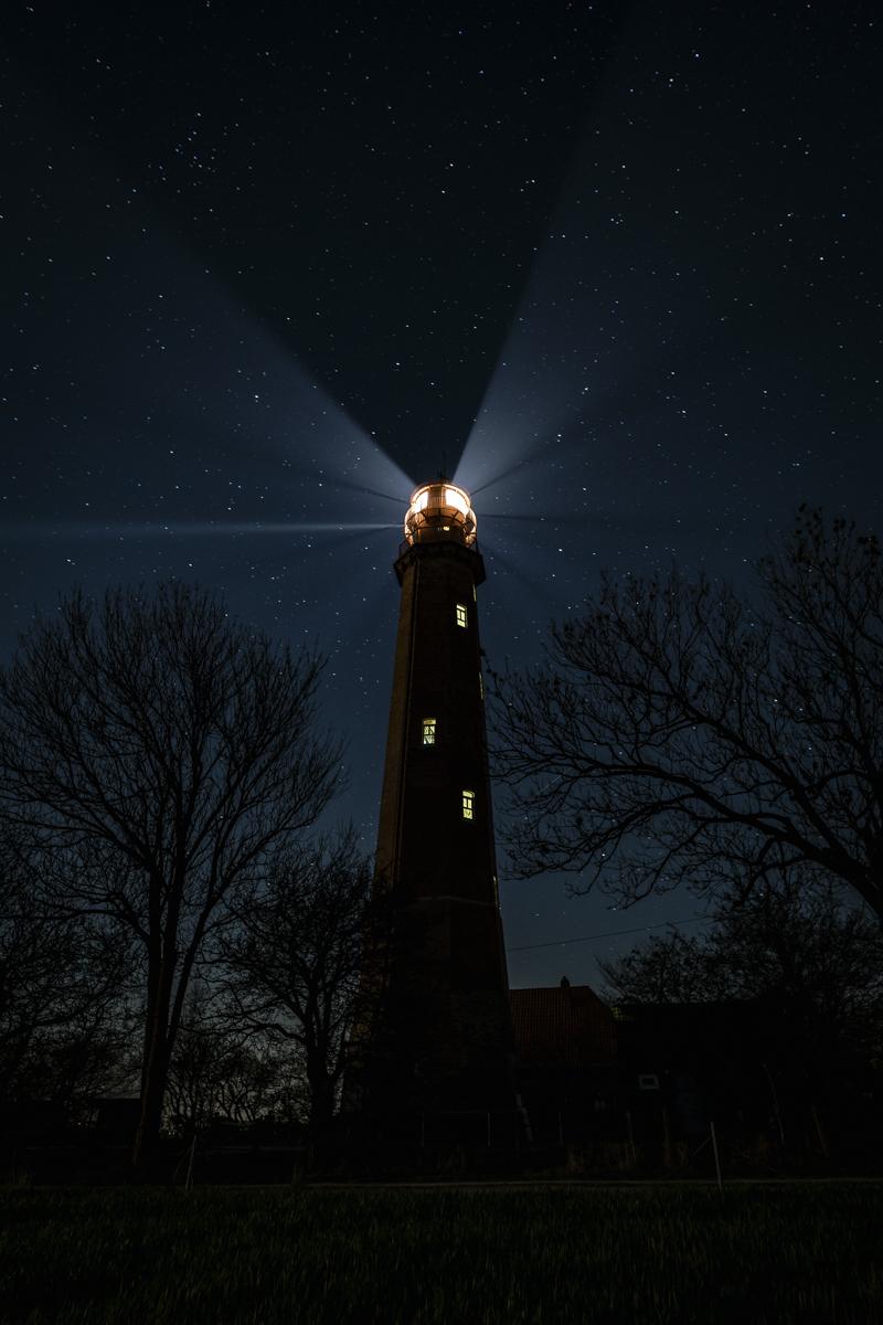 Flügger Leuchtturm bei Nacht